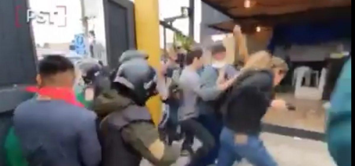 Policía no evita que golpeen a un joven