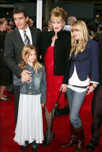 Antonio Banderas y Melanie Griffith, junto a la pequeña Stella del Carmen y Dakota Johnson, en Los Ángeles, en 2005.
