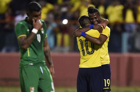 El ecuatoriano Junior Sornoza (c) celebra con Michael Estrada su gol contra Bolivia, ante la desazón de jugadores de la Verde