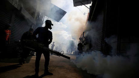 Un trabajador municipal fumiga para prevenir el dengue en Tegucigalpa, Honduras, el 25 de julio de 2019.