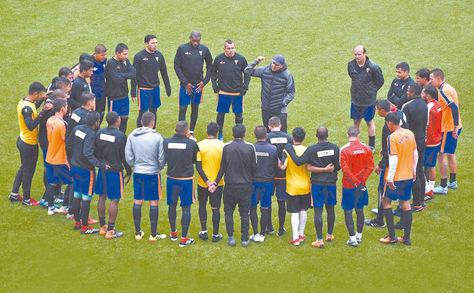 Pasado. Baldivieso y los jugadores de Always en una práctica. Foto: Archivo-La Razón