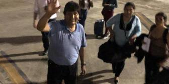 La despedida de Evo Morales al subir al avión…. –