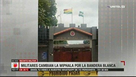 Militares cambian la Wiphala por una bandera blanca
