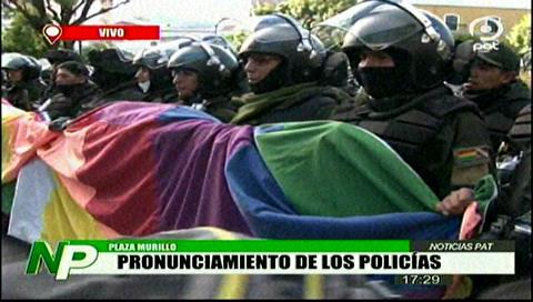 Policía iza nuevamente la bandera Wiphala en la plaza Murillo - eju.tv