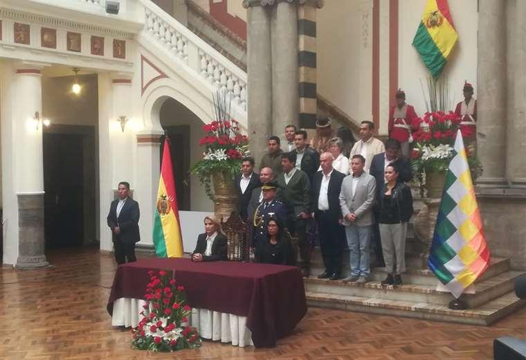 Jeanine Áñez presenta al nuevo miembro del Tribunal Electoral