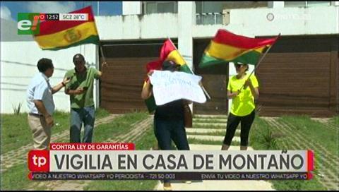 Activistas realizan vigilia en la casa de Édgar Montaño en contra de la Ley de Garantías
