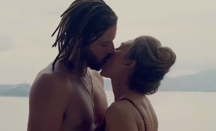 Aracely Arámbula protagonizó una sensual escena junto a Leandro Lima (Captura de pantalla)