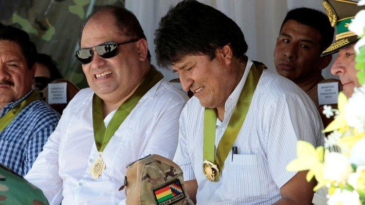 Carlos Romero, de anteojos oscuros, junto al ex presidente Evo Morales.