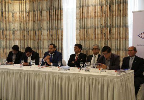 El presidente de YPFB, Herland Soliz (centro izquierda), junto al directorio de la estatal y el ministro de Hidrocarburos. Victor Hugo Zamora. Foto: YPFB