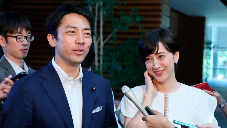 Shinjiro Koizumi y su esposa Christel Takigawa (Photo by STR / JIJI PRESS / AFP)