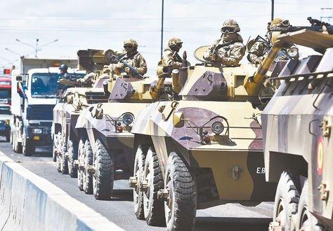 Senkata. Militares con fusiles automáticos livianos custodian cisternas. Foto: APG