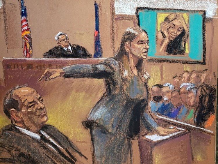 La fiscal de distrito Megha Hast señala a Harvey Weinstein durante su juicio por agresión sexual cuando la acusadora Mimi Haleyi aparece en la pantalla mientras el juez James Burke preside en el Tribunal Penal de Nueva York en el distrito de Manhattan este 22 de enero de 2020 (Reuters)