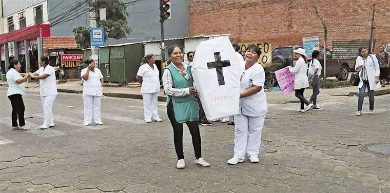Al mediodía el personal de salud bloqueó la calle Buenos Aires, justo en el ingreso del hospital. Foto: Leyla Mendieta
