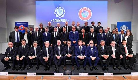 Los dirigentes de UEFA y Conmebol reunidos en Nyon, César Salinas es el segundo desde la derecha en la segunda fila. Foto: Conmebol