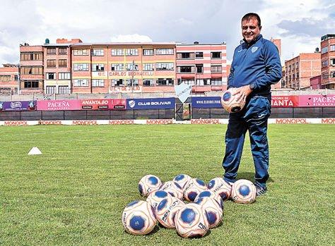 Claudio posa para La Razón en el estadio Libertador Simón Bolívar. Foto: Pedro Laguna