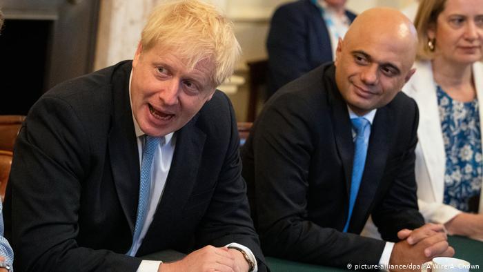 El primer ministro británico Boris Johnson (izquierda) y el exministro de Finanzas, Sajid Javid