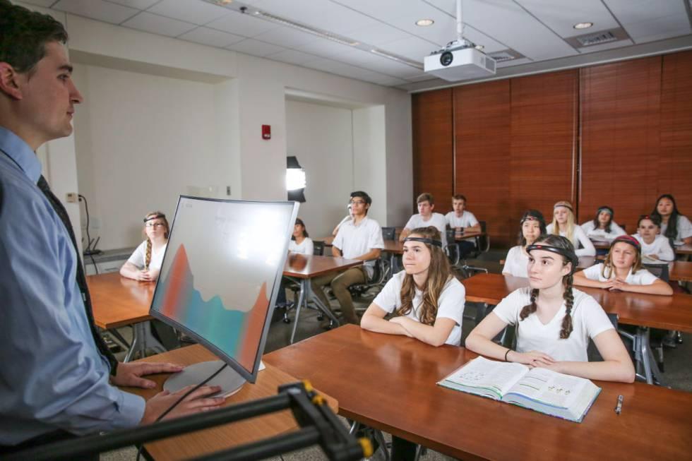 Un grupo de alumnos prueba un sistema para controlar la concentración en clase.