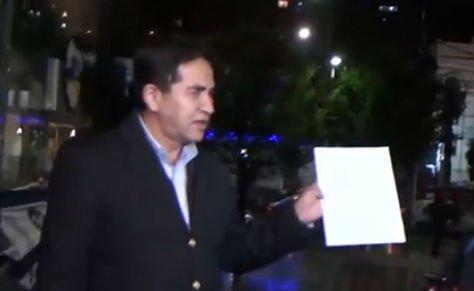 El abogado de Lorgia Fuentes, Erick Aliaga, enseña su certificado médico. Foto: ATB