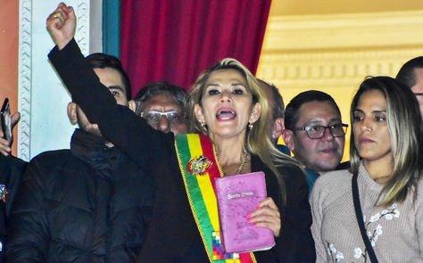 Jeanine Áñez aparece en el balcón del Palacio de Gobierno, en La Paz, el día de su juramento el 12 de noviembre de 2019.