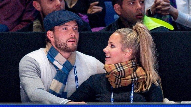 Caroline Flack y su novio en noviembre de 2019/Shutterstock