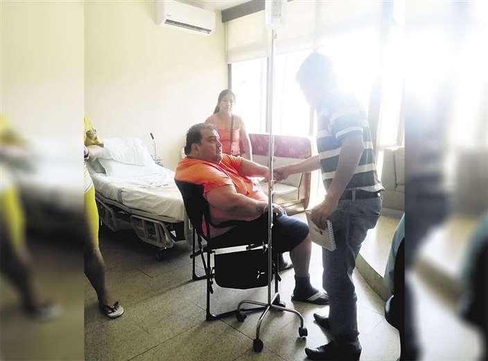 En la suite 101, Lima Lobo sentado en su silla recibe suero en el brazo derecho. Foto: Ricardo Montero