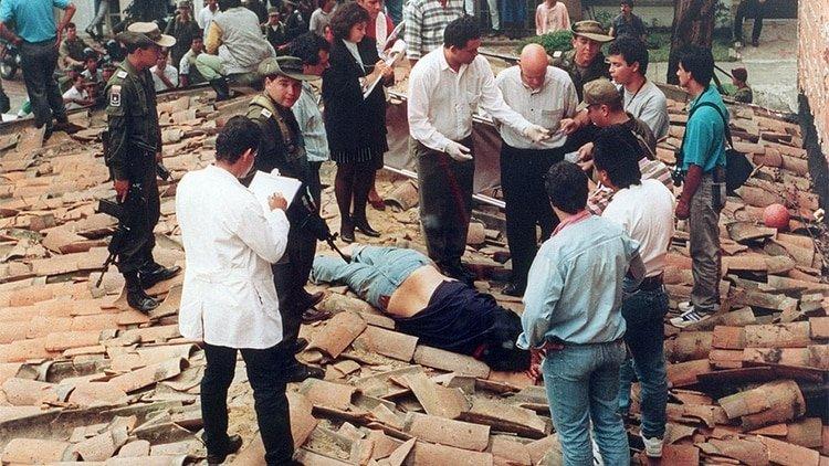 Momento en que miembros del Bloque de Búsqueda y los Pepes dan de baja a Pablo Escobar.