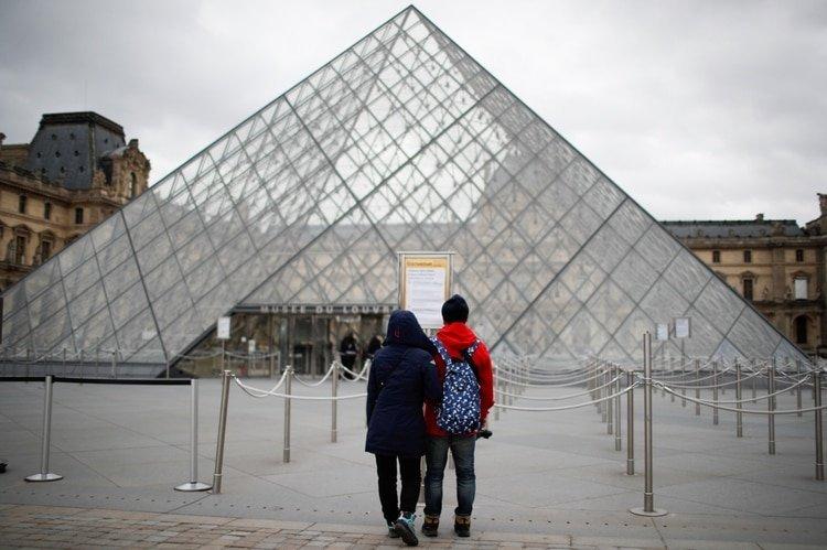La plaza del Louvre de París, casi desierta