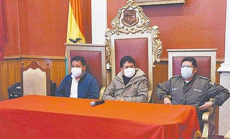 El alcalde de Oruro, Saúl Aguilar, y sus colaboradores se refieren a la cuarentena por el COVID-19.