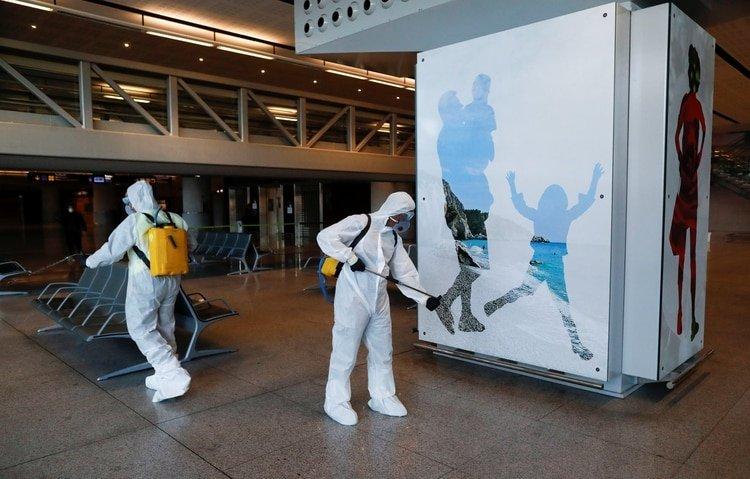 Miembros de la Unidad Militar de Emergencia desinfectan el aeropuerto de Malaga- Puerta del Sol (REUTERS/Jon Nazca)