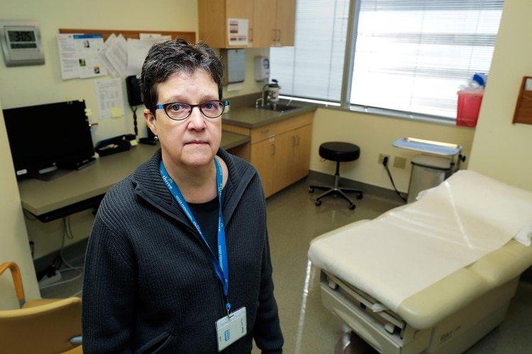 La doctora Lisa Jackson, investigadora principal del Kaiser Permanente Washington Health Research Institute, hace una pausa en un pasillo del centro el domingo 15 de marzo de 2020 en Seattle (AP)