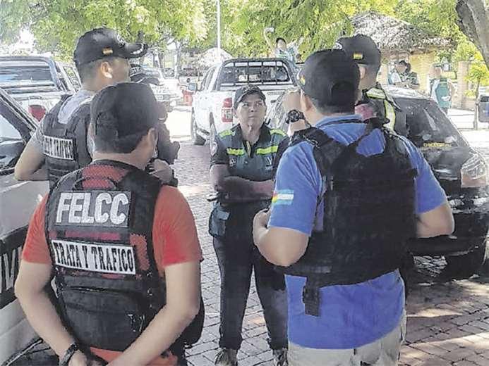Agentes de la Felcc y de otras instituciones como la Defensoría, planifican un operativo en la ciudad. Foto: DIVISIÓN DE TRATA Y TRÁFICO