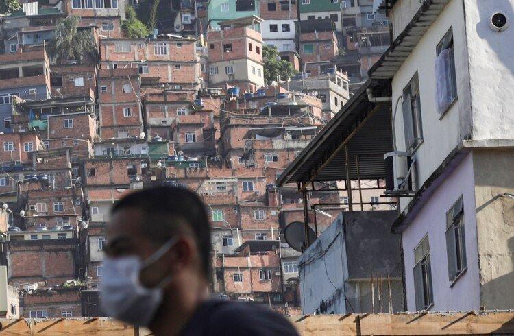 Un hombre con barbijo en la favela Rocinha (REUTERS/Ricardo Moraes)