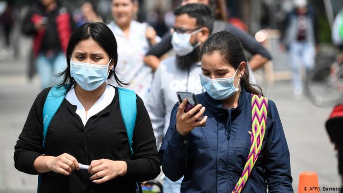 Foto de personas colombianas con mascarilla