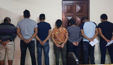 En la foto aparecen siete de los ocho policías aprehendidos que serán investigados