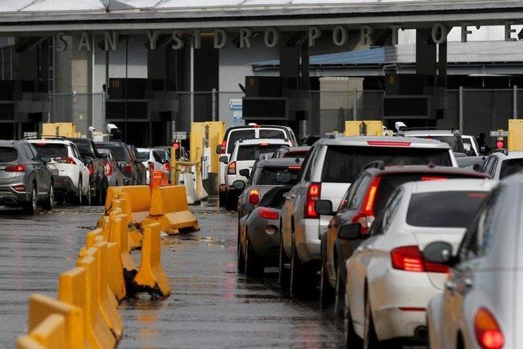Una fila de autos espera cruzar a EEUU en el cruce fronterizo de San Ysidro, después de que el alcalde de Tijuana restringió las visitas al país del norte para prevenir la propagación del coronavirus en Tijuana (Foto: REUTERS/Jorge Duenes)