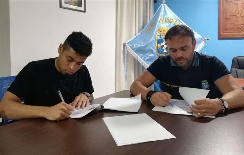 El volante Antonio Bustamante y el líder celeste Juan Jordán en el momento de la firma del contrato por dos años. Foto. Prensa Blooming