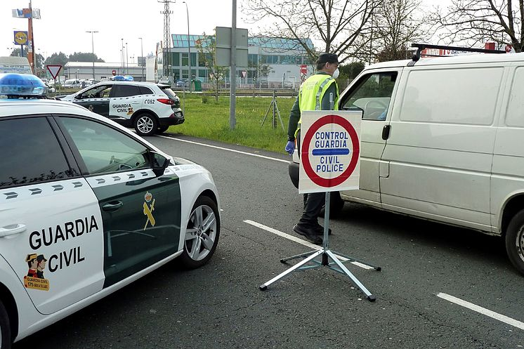 Agentes de la Guardia Civil realizan un control en Cantabria dentro...