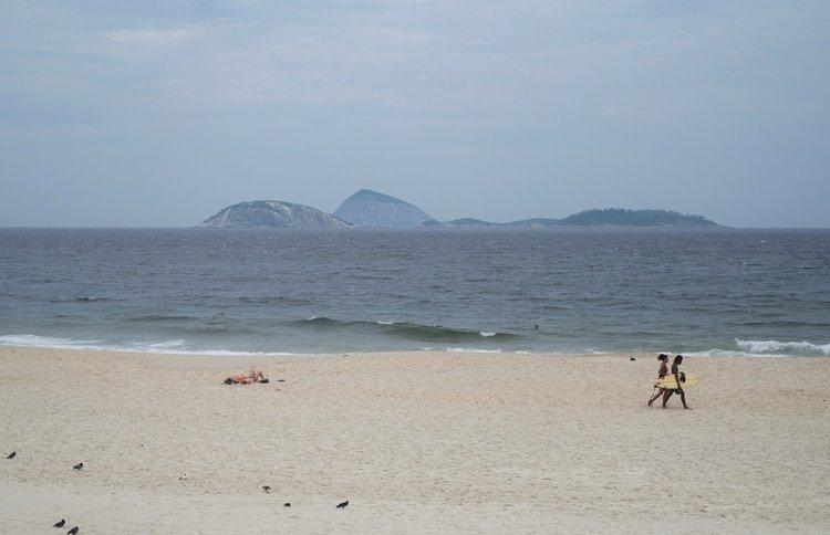 Las playas de Ipanema prácticamente vacías por el coronavirus (REUTERS/Ricardo Moraes)