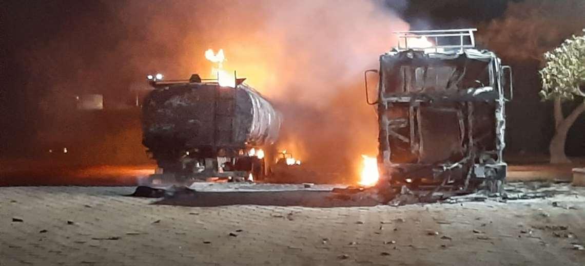 El fuego destruyó a los dos carros cisternas en un surtidor de Pailón