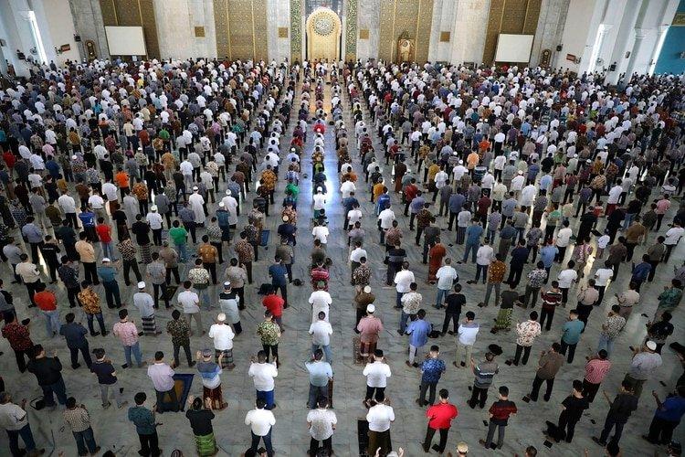 Rezo musulmán en Indonesia respetando el distanciamiento social (AP Photo/Trisnadi)