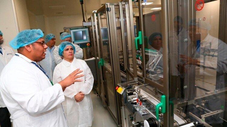Funcionarios de salud cubanos y nicaragüenses visitan la planta de vacunas Mechnikov donde se ha anunciado la posible fabricación de Interferón Alfa 2B. (Tomada de 19 Digital)