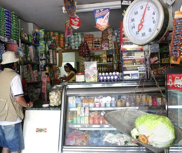 Hay más de 1.800 tiendas en los barrios de la ciudad de Santa Cruz , estos van a estar abiertas todos los días desde las 7:00 hasta las 10:00