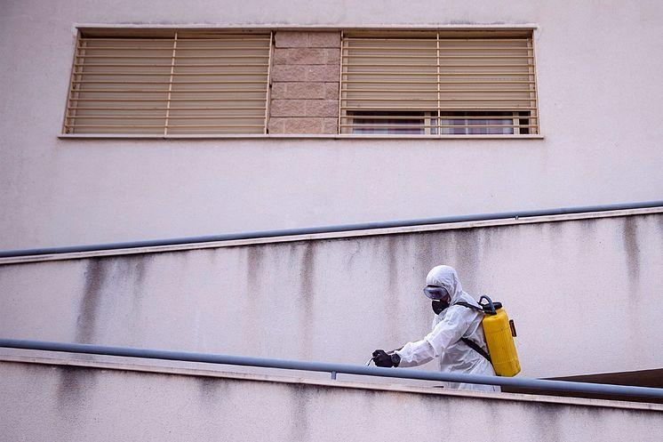 Un efectivo de la Unidad Militar de Emergencias (UME) desinfecta el...