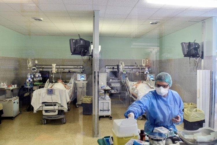El trabajador sanitario usa una máscara protectora y un traje para tratar a pacientes que padecen la enfermedad por coronavirus (COVID-19) en una unidad de cuidados intensivos en el hospital Oglio Po en Cremona. 19 de marzo de 2020. REUTERS/Flavio Lo Scalzo
