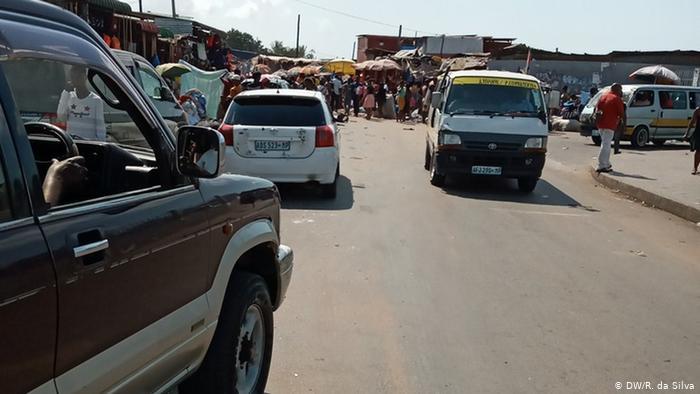 Automóviles y camioneta en Maputo, Mozambique. (Archivo).