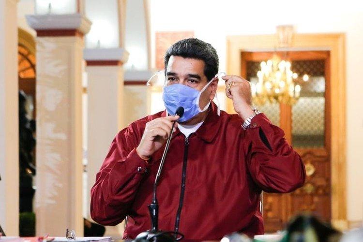 El presidente Nicolás Maduro usa una mascarilla mientras habla durante una reunión en el Palacio de Miraflores en Caracas, Venezuela Marzo 13, 2020. Palacio de Miraflores/ATENCIÓN EDITORES, ESTA IMAGEN FUE PROPORCIONADA POR TERCEROS
