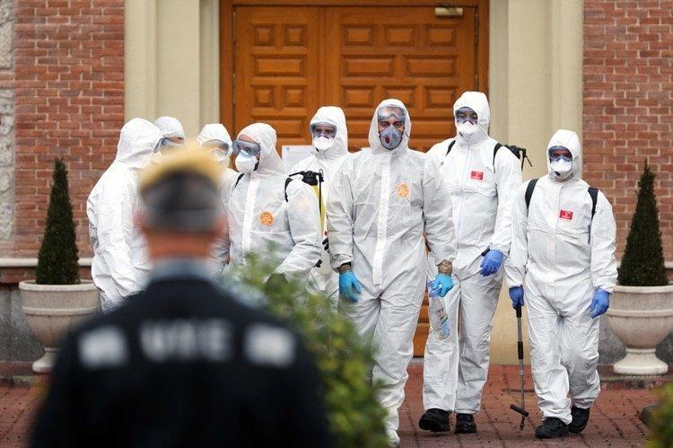 Miembros de la Unidad de Emergencia Militar (UME) abandonan un hogar para ancianos después de realizar procedimientos de desinfección durante el brote de coronavirus en Madrid (REUTERS / Susana Vera)