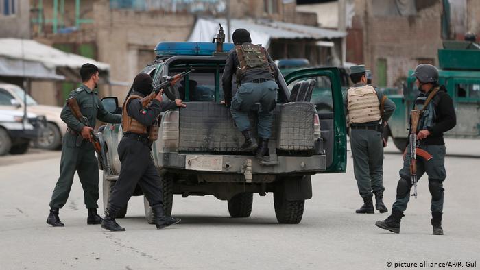 Las fuerzas de seguridad afganas en el lugar del ataque, en Kabul.