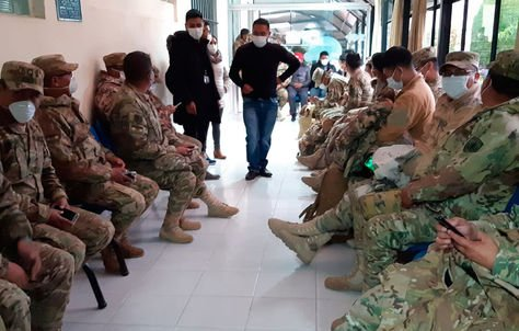 Un grupo de militares cubiertos con barbijos para evitar el contagio de coronavirus.