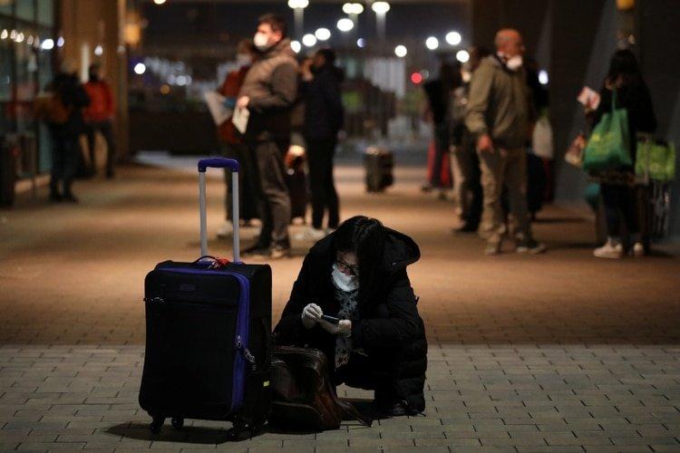 Pasajeros recién llegados a Barcelona desde el puerto italiano de Civitavecchia, en medio de la pandemia de coronavirus en el mundo (REUTERS/Nacho Doce)